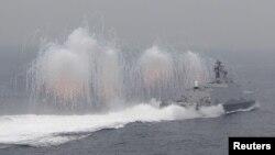 Lidah api (suar) terlihat disemburkan dari kapal pengangkut rudal milik angkatan laut Taiwan dalam latihan militer di luar pangkalan angkatan laut di pelabuhan Kaohsiung, Taiwan selatan, 27 Januari 2016. (Foto: dok).