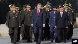 Serokwezîrê Tirkîyê Recep Tayyip Erdogan bi komandarên artêşê re (arşîv).