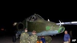 Irački i ruski vazduhoplovni tehničari istovaruju ratni avion u bazi al Mutana u blizini Bagdada, 28. jun 2014.
