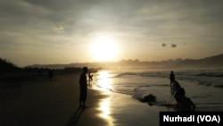 BPNB mencatat banyak obyek wisata pantai di selatan Jawa belum dilengkapi rambu bahaya tsunami. (Foto:VOA/Nurhadi)