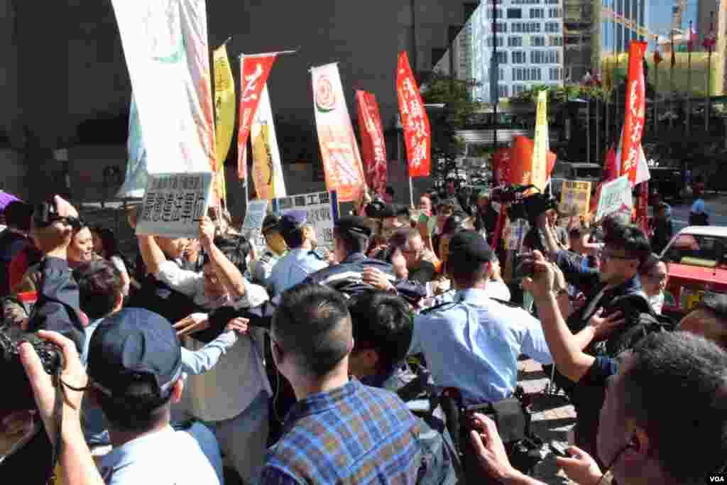 示威者與警方一度爆發衝突。(美國之音湯惠芸)