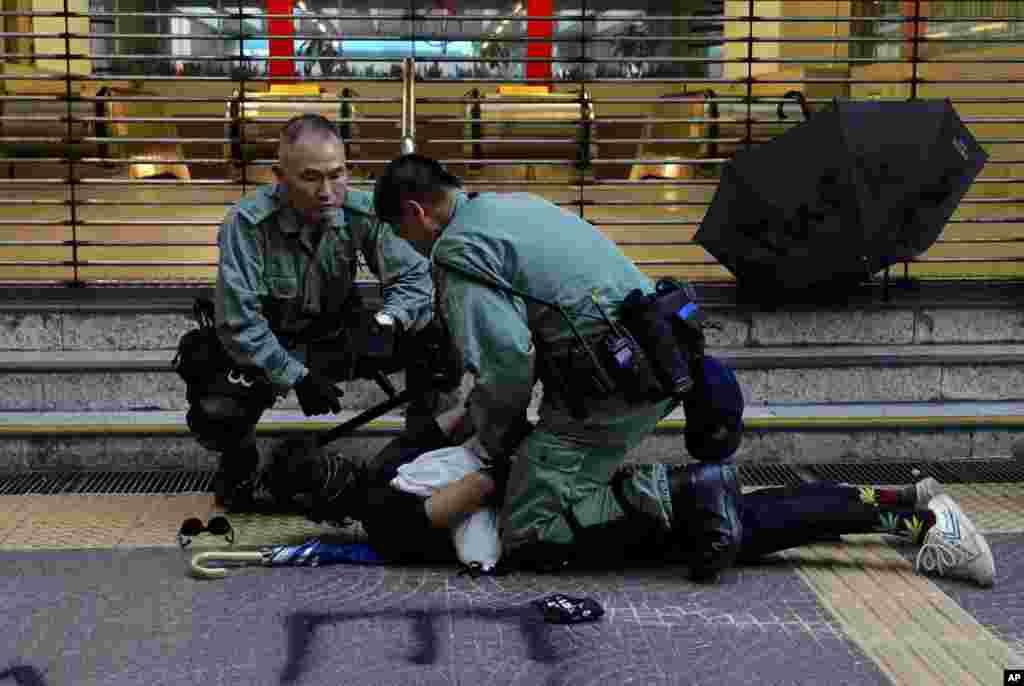 در ادامه اعتراضات در هنگ کنگ، پلیس یکی از معترضان را بازداشت کرده است.