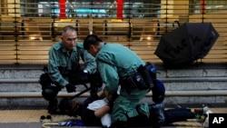 香港警方在2019年10月5日在街上拘捕一名示威者。