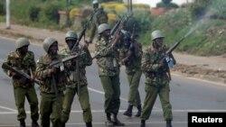 Polisi nchini Kenya wakipiga risasi hewani wakati wa maandamano Novemba 17, 2017.