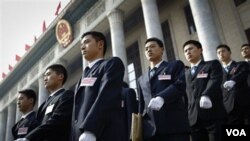 Pasukan keamanan Tiongkok berbaris di muka gedung parlemen setelah pembukaan sidang parlemen tahunan Kongres Nasional Rakyat. di Beijing, Minggu (6/3).