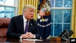El presidente Donald Trump habló el lunes con su homólogo mexicano Enrique Peña Nieto por teléfono y se felicitaron mutuamente por el acuerdo. Incluso, el presidente Trump indicó que sería grato un abrazo con Peña Nieto.