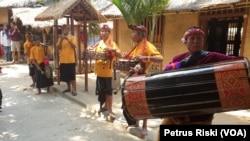 Gendang Belik dipakai pada acara nyongkolan, semacam iring-iringan pengantin, juga dapat dipakai menyambut tamu di Dusun Sasak Sade. (Foto: VOA/ Petrus Riski).