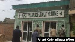L'entrée du pharmacie à N'Djamena, au Tchad, le 13 septembre 2018. (VOA/André Kodmadjingar)