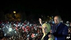 Tổng thống Thổ Nhĩ Kỳ Recep Tayyip Erdogan và phu nhân Emine Erdogan mừng chiến thắng cuộc trưng cầu dân ý ở Istanbul, ngày 16/4/2017.