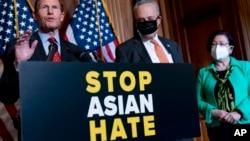 Demokratski senatori Richard Blumenthal (lijevo), Chuck Schumer i Mazie Hirono poslije usvajanja zakona u Senatu.