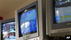 半岛电视网北京办公室电视屏幕上显示着半岛台标(5月9日)