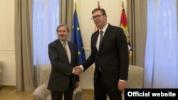 Arhiva - Komesar EU za susedsku politiku i proširenje Johanes Han i predsednik Srbije Aleksandar Vučić tokom susreta u Beogradu, 3. decembar 2018.