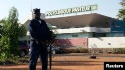 Cảnh sát Mali đứng canh bên ngoài trung tâm cách ly Pasteur Clinic ở Bamako, ngày 12/11/2014.