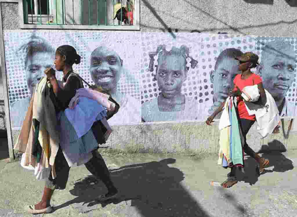 Un proyecto artístico amplía las caras de los haitianos en busca de levantar el ánimo.
