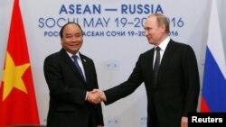 19일 러시아 소치에서 블라디미르 푸틴 러시아 대통령(오른쪽)과 응우옌 쑤언 푹 베트남 총리가 러시아-아세안 정상회담에 이어 만남을 가졌다.