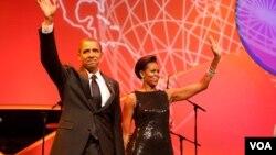 El presidente Barack Obama y la primera dama, Michelle Obama, saludan a los participantes del evento que celebra el mes de la Herencia Hispana.