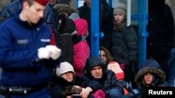 Mađarska policija sa kosovskim azilnatima koji se ilegalno prešli mađarsko - autrijsku granicu