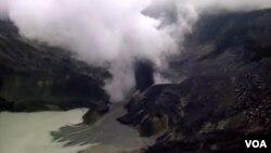 Asap gas beracun disertai material padat keluar dari letusan di Kawah Ratu Gunung Tangkuban Perahu (foto: R. Teja Wulan/VOA).