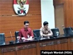 Wakil Ketua KPK Laode M. Syarif didampingi juru bicara KPK Febri Diansyah dalam jumpa pers di gedung KPK, Jakarta, Sabtu, 16 Maret 2019. (Foto: Fathiyah Wardah/VOA)