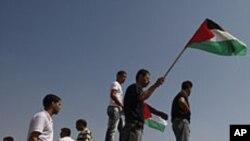 Palestinci mašu zastavama tokom demonstracija u blizini granice sa Gazom