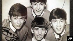 Foto autografiada de los Beatles.