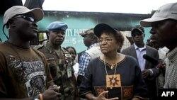 Tổng thống Liberia Ellen Johnson Sirleaf (giữa) à một nhà kinh tế tốt nghiệp trường đại học Harvard, và từng làm bộ trưởng tài chính làm việc cho Ngân hàng Thế giới, Citibank và Chương trình Phát triển của Liên Hiệp Quốc. Bà cũng vừa được trao giải Nobel