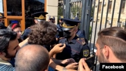 İctimai fəallar Xəzər rayon Polis İdarəsinin binası qarşısında aksiya keçirib
