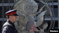 Un policía canadiense custodia la embajada de EE.UU. en Ottawa.