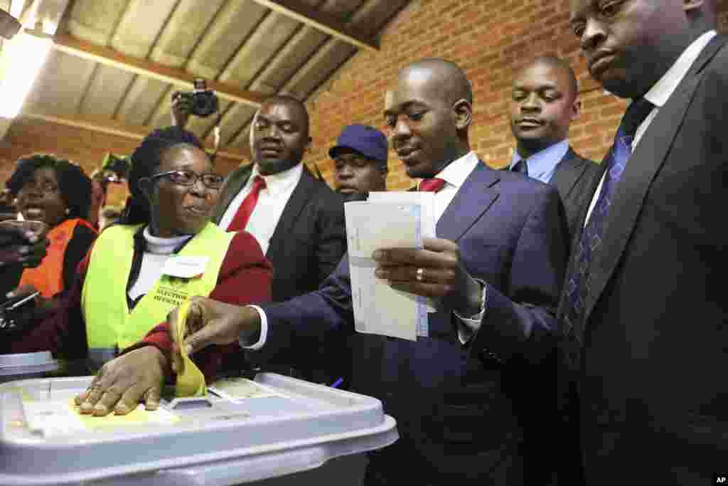 Kiongozi wa kambi kuu ya upinzani Zimbabwe Nelson Chamisa apiga kura katika kituo cha kupiga kura Zimbabwe, Jumatatu, Julai 30, 2018.