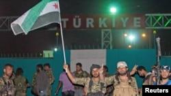 叙利亚-土耳其边境的库尔德人民保护队和叙利亚自由军塔希尔旅的战士。(资料照)