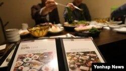 10일 서울 시내 한 식당에서 직장인들이 점심식사를 하고 있다. 한국 정부는 공직자, 언론인 등이 직무 관련자에게 3만원 이상 식사 대접을 받으면 과태료를 부과하는 것을 골자로 한 '부정청탁 및 금품 등 수수의 금지에 관한 법률(일명 김영란법)' 시행령 제정안을 발표했다.