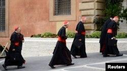 ပုပ္ရဟန္းမင္းသစ္ ေရြးခ်ယ္ဖို႔ စည္းေ၀းပြဲကို လာေရာက္ေနၾကတဲ့ Cardinal ဘုန္းေတာ္ႀကီးတခ်ိဳ႕။ (မတ္လ ၈ ရက္၊ ၂၀၁၃)။