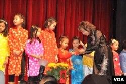 Trẻ em nhận lì xì tại Hội chợ Tết do Nhà Việt Nam tổ chức tại trường NOVA, bang Virginia, ngày 28/1/2017. (Hình: Trà Mi)
