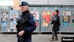 Un policía cerca de una estación de votación durante la primera vuelta de 2017 elecciones presidenciales francesas en Henin-Beaumont, Francia, 23 de abril de 2017.