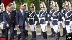 폴투갈 의장대를 사열하는 오바마 대통령(우)과 아니발 카바쿠 실바 포르투갈 대통령