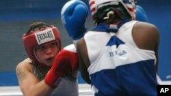 Nesta foto de arquivo, Patricia Manuel (frente) num combate em 2010, antes de se tornar Pat Manuel.