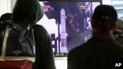 سیول میں لوگ شمالی کوریا کی میزآئل لانچنگ پر ایک ٹی وی پروگرام دیکھ رہے ہیں