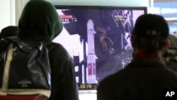 جنوبی کوریا کے لوگ اپنے ٹیلی ویژن سیٹوں پر راکٹ لانچنگ کا منظر دیکھ رہے ہیں