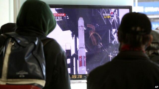 Dân ở Nam Triều Tiên xem truyền hình tin tức về kế hoạch phóng tên lửa của Bắc Triều Tiên tại một nhà ga xe lửa