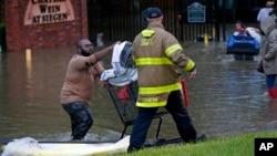 Los rescatistas siguen buscando a otro vehículo que podría haber sido arrastrado por el agua después de que los habitantes reportaron que había una persona desaparecida.