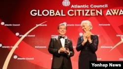 문재인 한국 대통령이 19일 뉴욕 인트레피드 해양항공우주박물관에서 크리스틴 라가르드 IMF 총재로부터 대서양협의회 세계시민상을 수상하고 있다.
