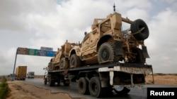 Truk yang mengangkut kendaraan lapis baja yang digunakan NATO dalam perang Afghanistan, tiba di Pelabuhan Mohammad Bin Qasim, 40 kilometer dari Karachi. (Foto: Dok)