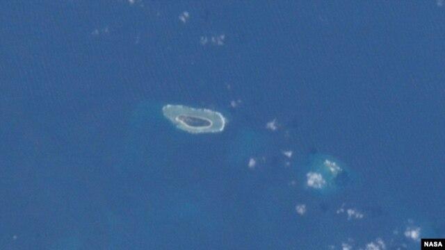 Ảnh đảo Ba Bình (trái) chụp từ Trạm Không gian Quốc tế. Đảo Ba Bình có diện tích gần nửa cây số vuông hiện do Đài Loan kiểm soát. Việt Nam nói đảo này thuộc chủ quyền Việt Nam đang bị Đài Loan chiếm giữ trái phép.