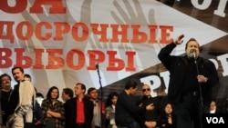 Gennady Gudkov (kanan), yang baru saja dipecat dari Duma, berbicara di hadapan ribuan pendukung oposisi di Moskow hari Sabtu (15/9).