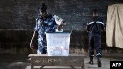 Binh sĩ Togo bỏ phiếu sớm tại một trạm bỏ phiếu ở Lome, 22/4/2015.