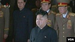 "Kim Jong-un (depan) yang baru berusia 28 tahun, mendapat sebutan 'Komandan Tertinggi"" militer Korea Utara (foto: dok)."
