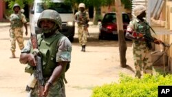 Tentara Nigeria melakukan penjagaan keamanan stasiun televisi pemerintah di kota Maiduguri (foto: dok).