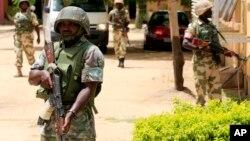 Binh sĩ Nigeria tăng cường an ninh trên đường phố.