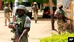 Binh sĩ Nigeria canh gác trước một văn phòng của chính phủ ở Maiduguri.