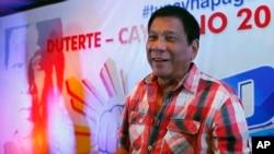 Kandidat presiden Filipina terdepan, Rodrigo Duterte, dalam konferensi pers setelah usai memilih. Davao City, Filipina Selatan. (AP Photo/Bullit Marquez)